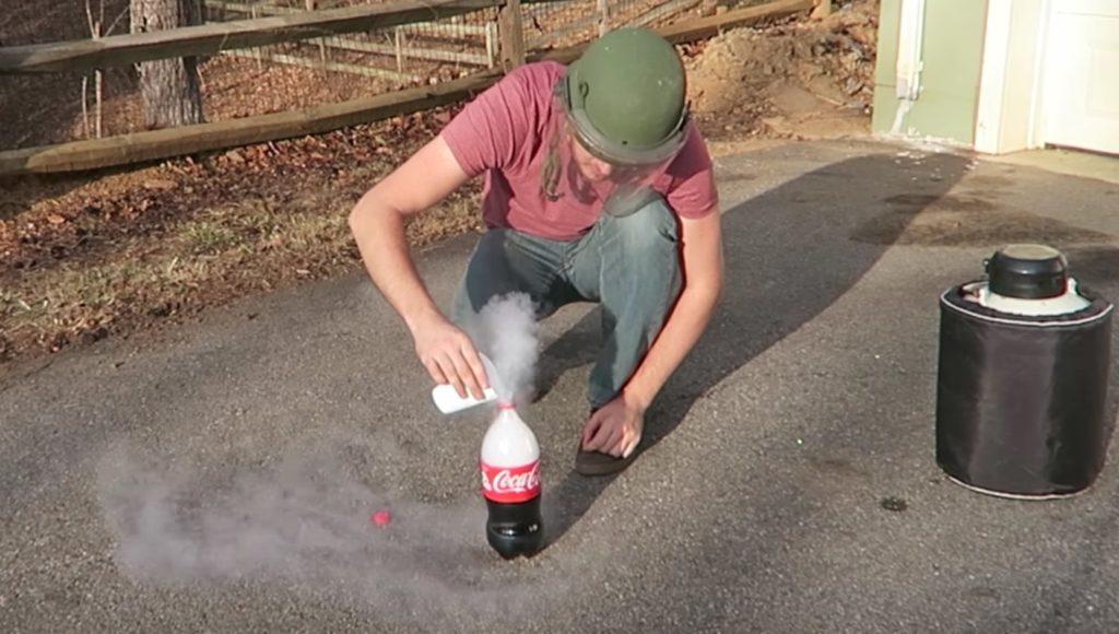 コーラと液体窒素を混ぜたら信じられないことに!メントスコーラの数十倍の威力!?