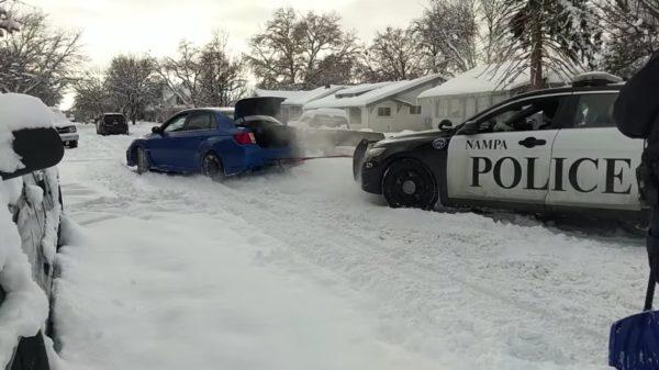 スバル車が雪にはまったパトカーを救出!「日本車貿易に否定的なトランプ大統領に見て欲しい!」などの声