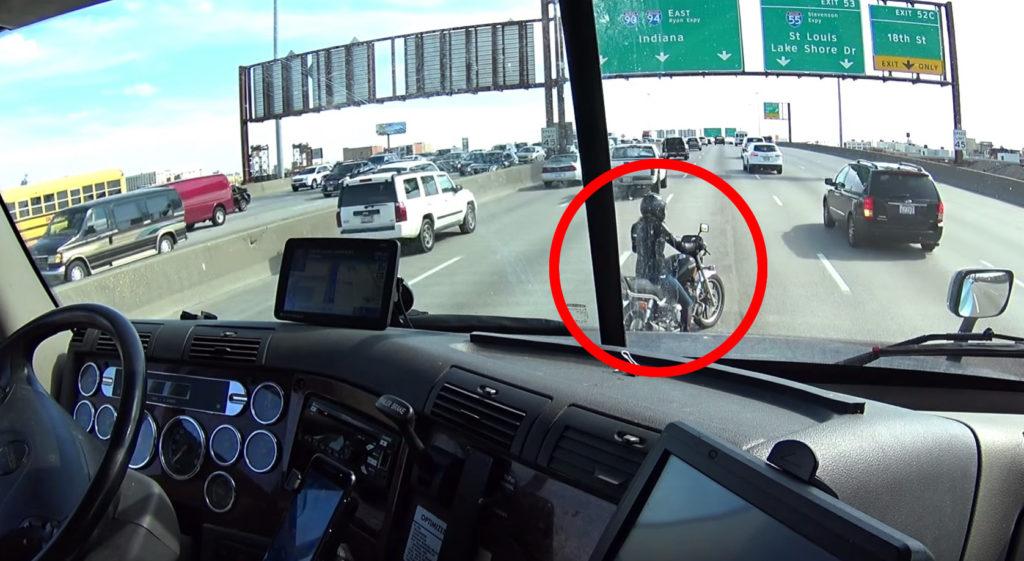 高速道路で立ち往生するバイク。それを見たトラック運転手の機転が話題に!!