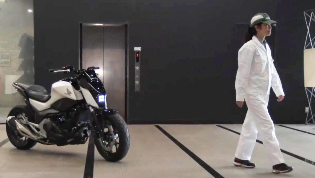ホンダがASIMOの技術を使った世界初の「倒れない」バイクを公開!無人走行も可能?!
