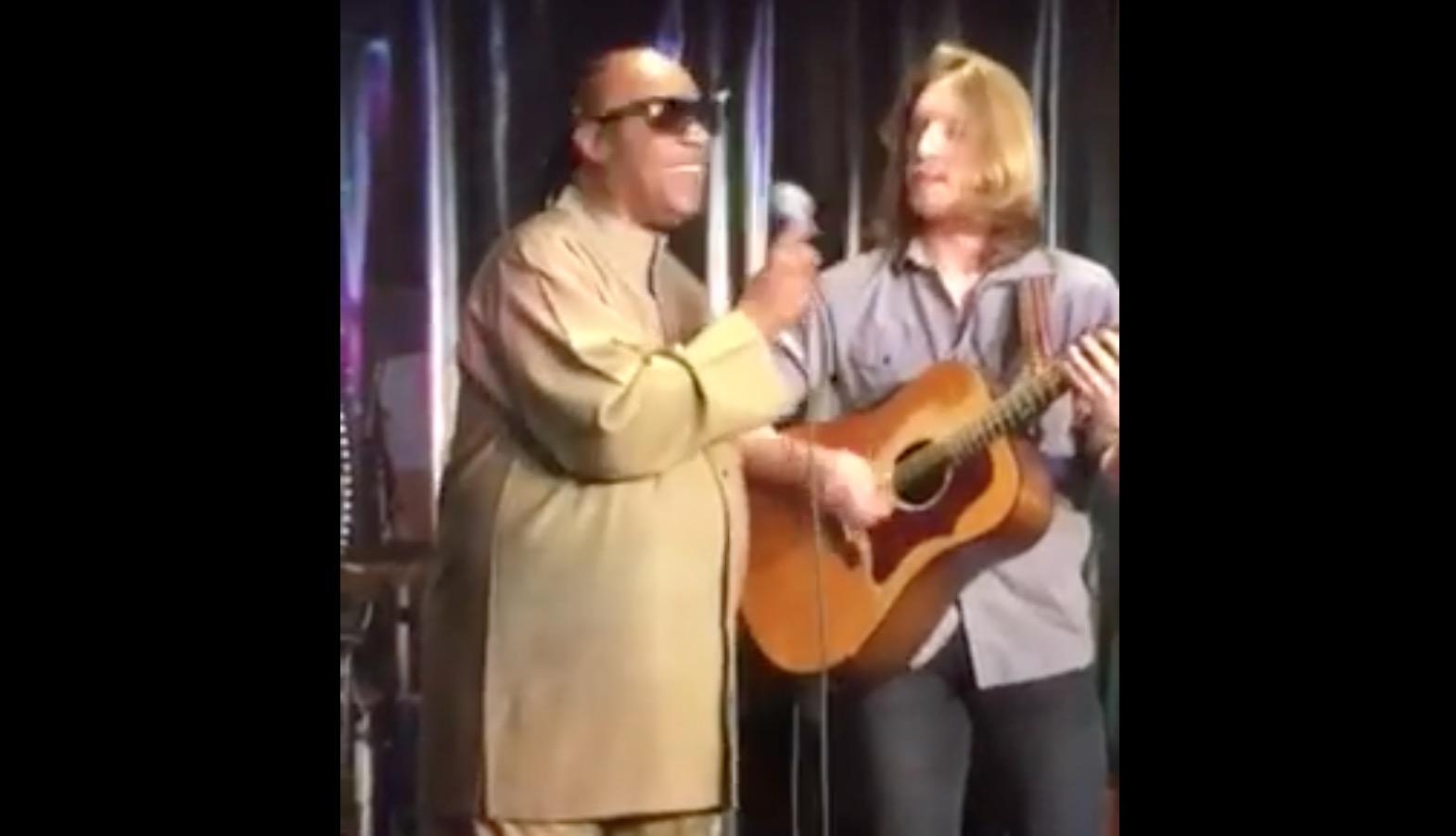 ホテルのロビーでスティーヴィー・ワンダーの曲を演奏していた青年。すると通りかかった本人が飛び入り参加!!