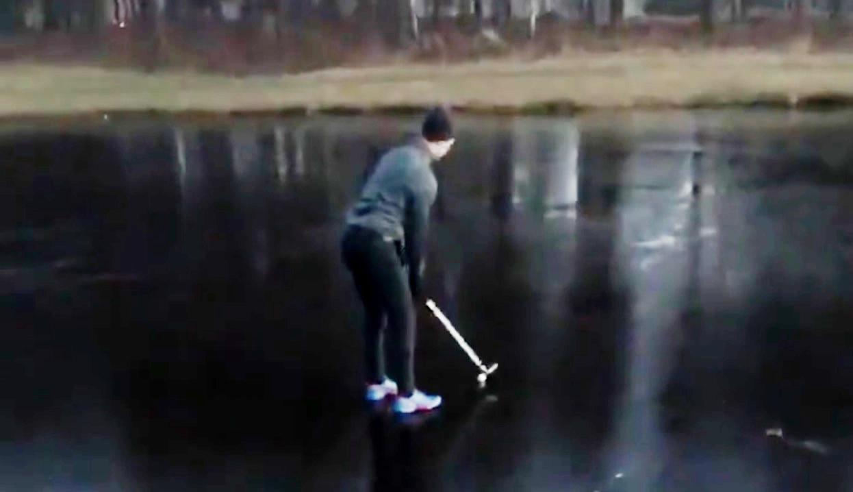 氷上でゴルフボールを打とうとしたら、コント並みの結果にww