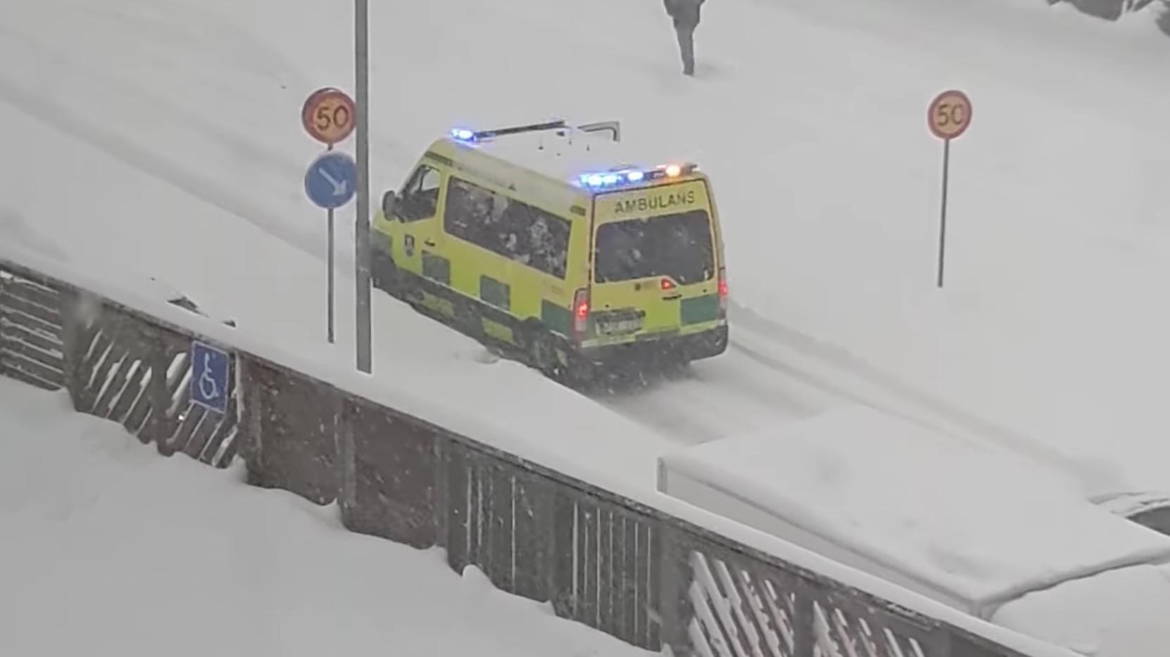 大雪で動けなくなった救急車。その時ヒーローが現れた!!