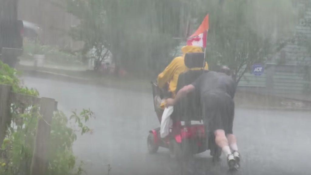 嵐の中、動けなくなった電動車いすの男性。そこに現れた一人のヒーローに賞賛の嵐!!