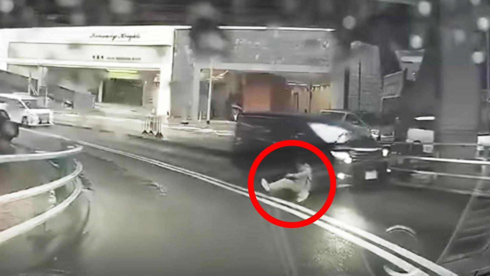 【ミステリー】ワープの場所を間違った?!路上に唐突に男性が出現し、タイムトラベラーだと話題に!!