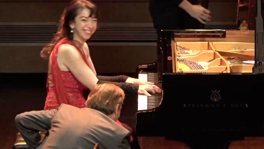 さすがプロ!演奏中壊れたピアノ。お客さんを飽きさせないために取ったユーモア溢れる行動に拍手!!