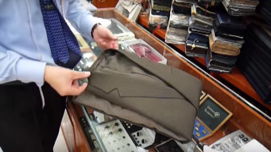 洋服屋さん直伝「スーツやシャツを綺麗にたたむ方法」が素晴らしい!