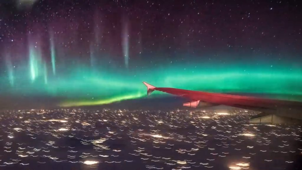 カナダで飛行機から撮影されたオーロラが凄い!死ぬまでに一度は見てみたい光景