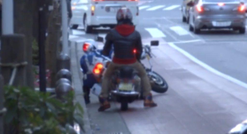 違反者を停止させた瞬間転倒してしまった白バイ。それを見た通行人の対応が素晴らしい!