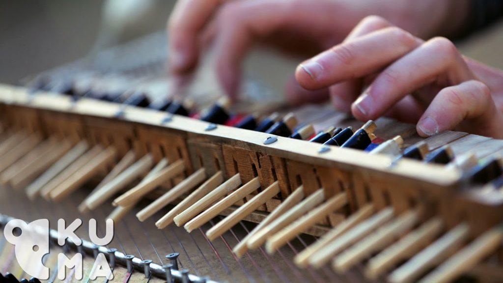 割り箸の自作「ピアノ」で奏でる透明感ある音楽に心洗われる。。一人何役もこなし、まるで何人もで演奏しているよう