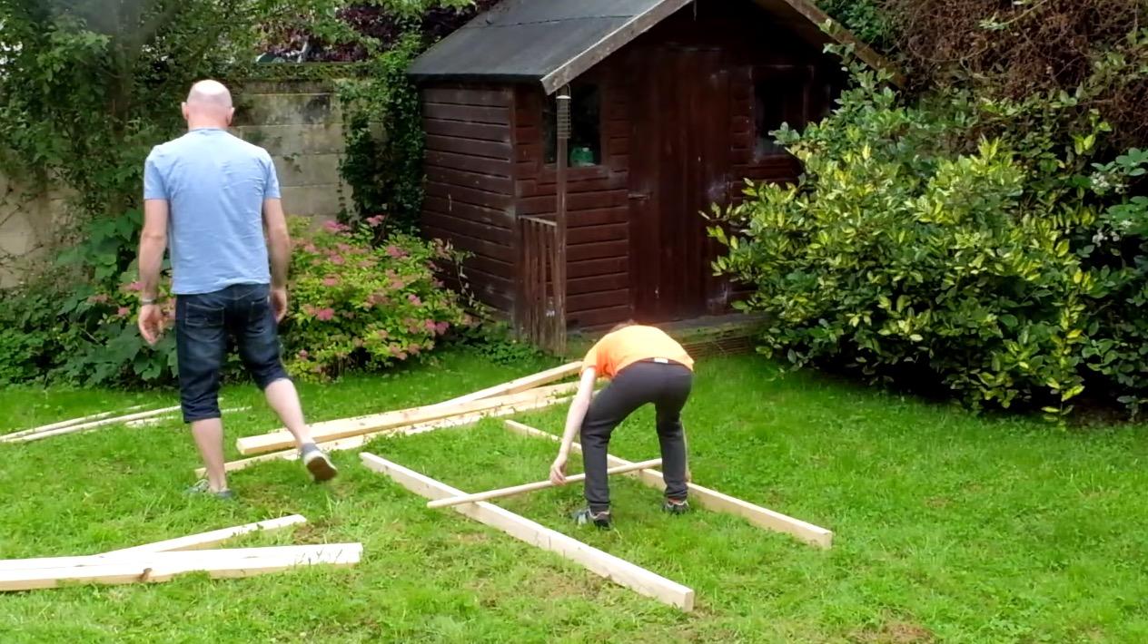 接着剤や釘を使わず、2種の木材を組み合わせるだけで大きな「レオナルド・ダ・ヴィンチの橋」が凄い!
