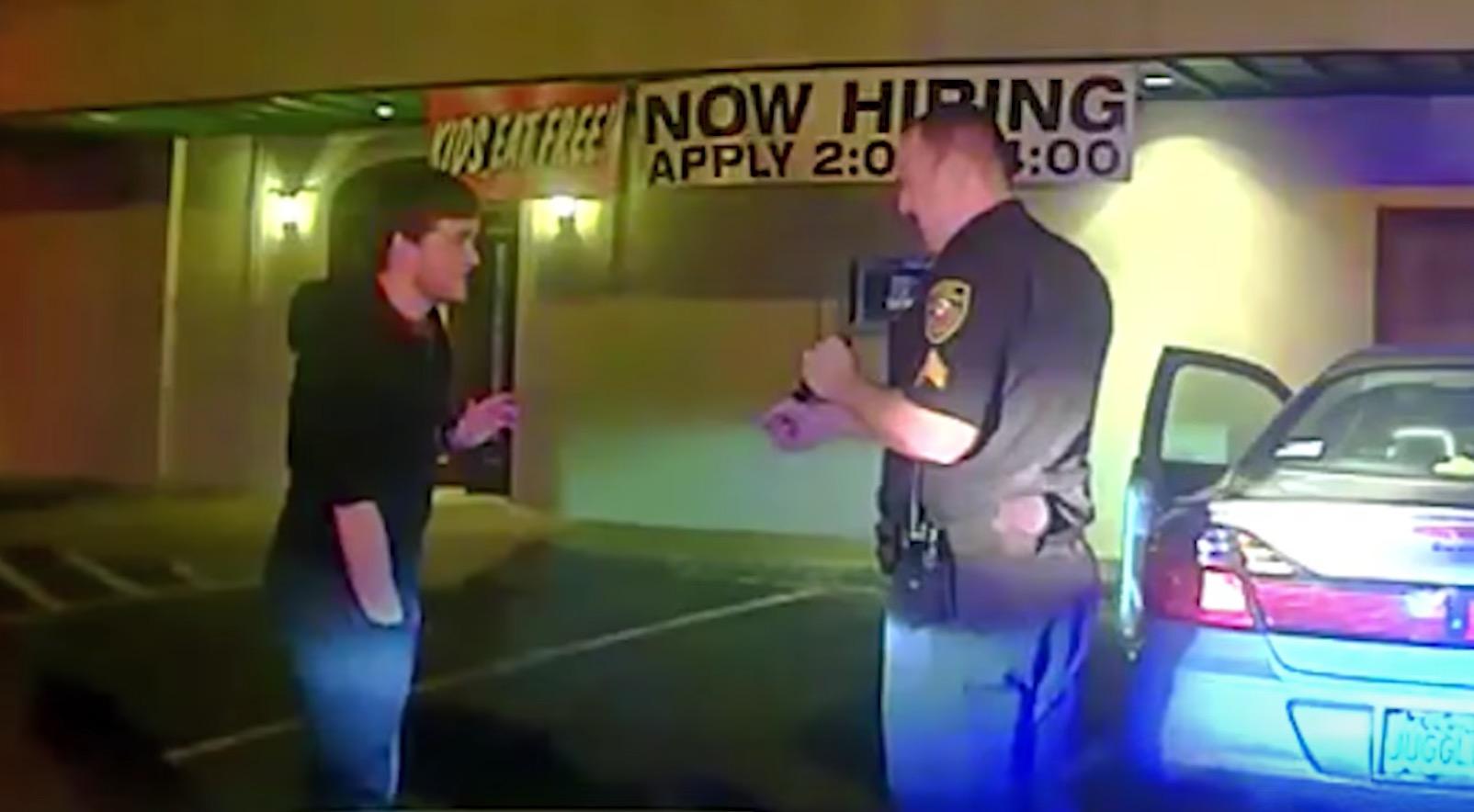 飲酒を疑われ警官に停車させられた大学生。面白すぎる方法で飲んでいないことを証明笑