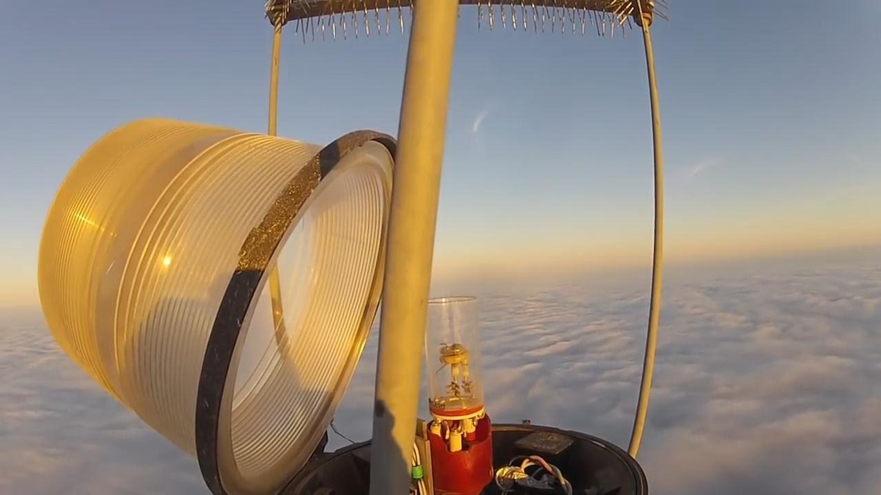 これは凄い、、600メートルの鉄塔の尖端のランプを交換する仕事