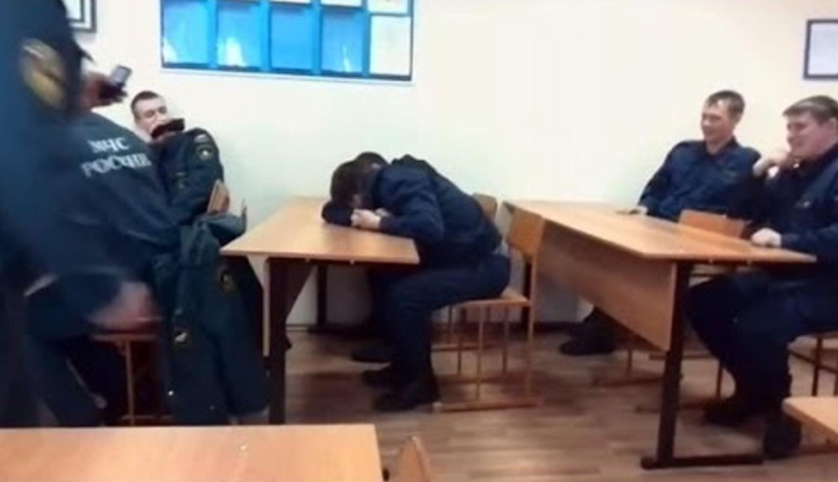 眠っていたのに瞬時に出動態勢に!消防士にドッキリした結果、さすがの反応に感動!