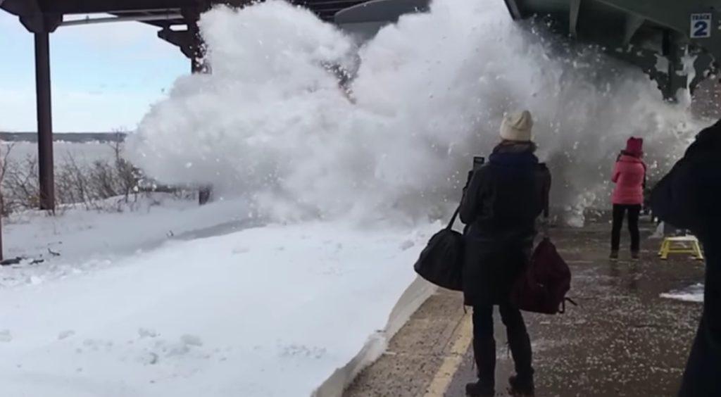 雪の積もったホームに列車が入ってきた結果、エラいことに、、(^ ^;