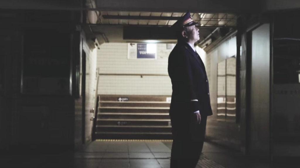 【感動サプライズ】定年退職する駅長。終電後、突然光ったパネルを見て涙