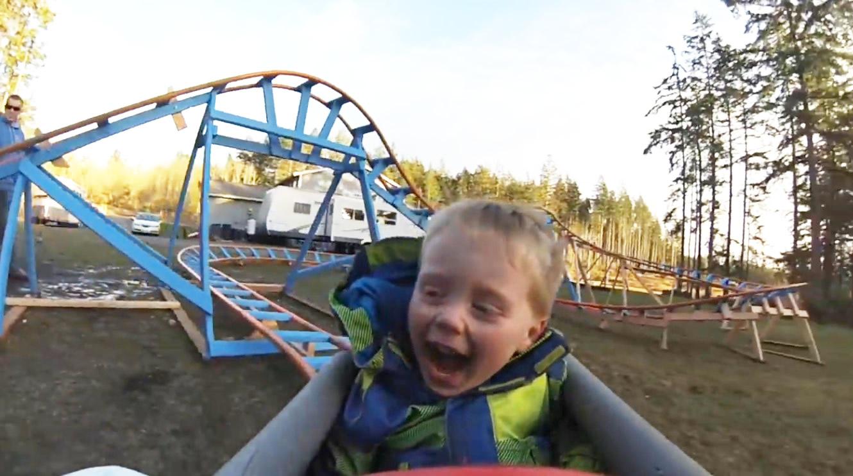 パパが息子のために作った自家製コースター。搭載カメラで見るとスピード感満点!!
