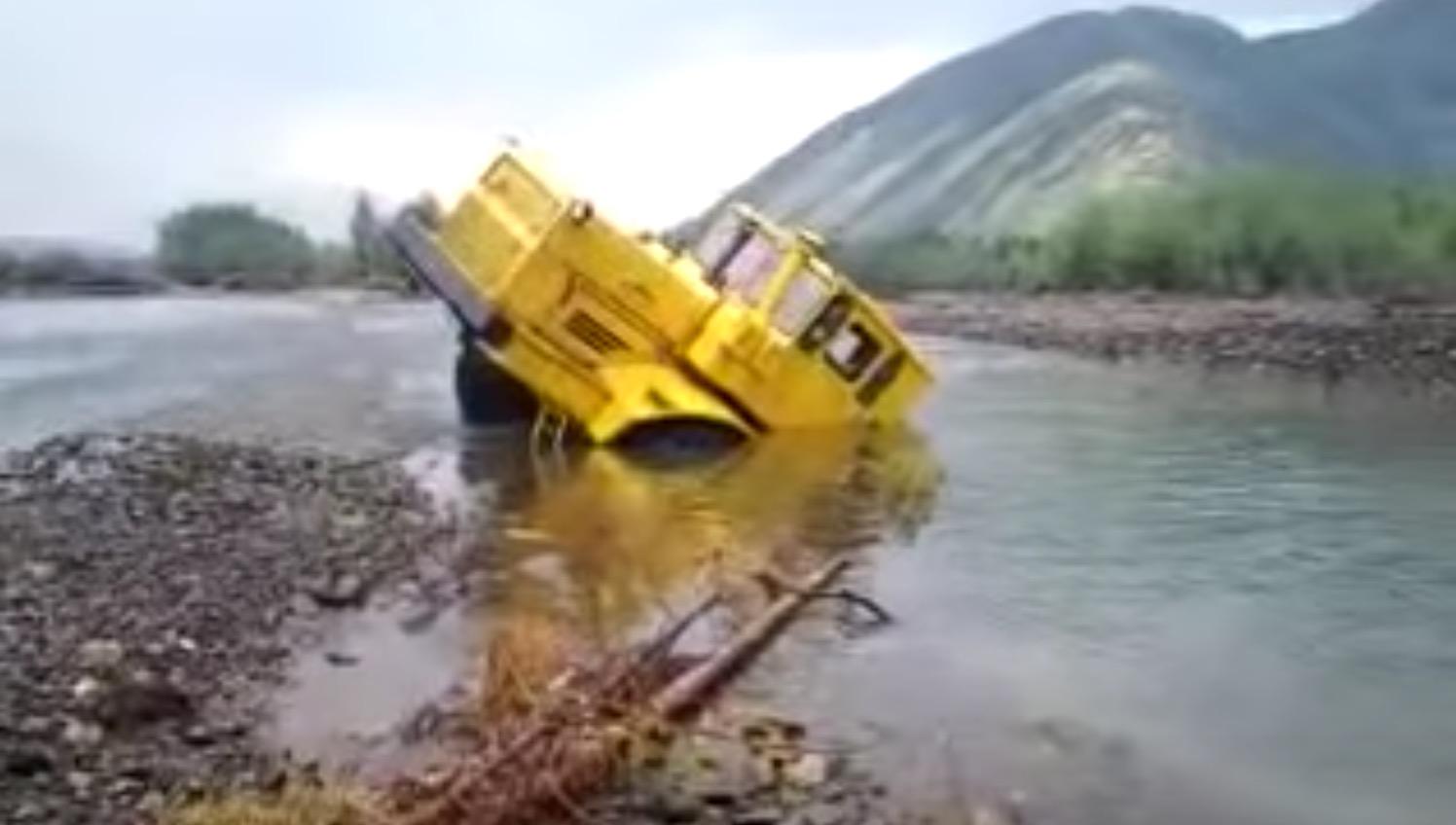 ハマっていたトラックが、信じられないパワーで脱出!後ろがこんなに長かったとは