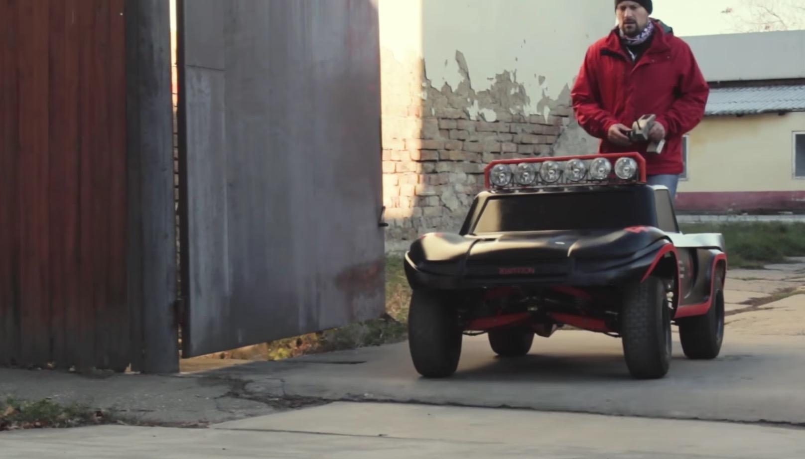 このラジコンがデカすぎ!全長2m・重さ170kg、270ccエンジン搭載のモンスター!