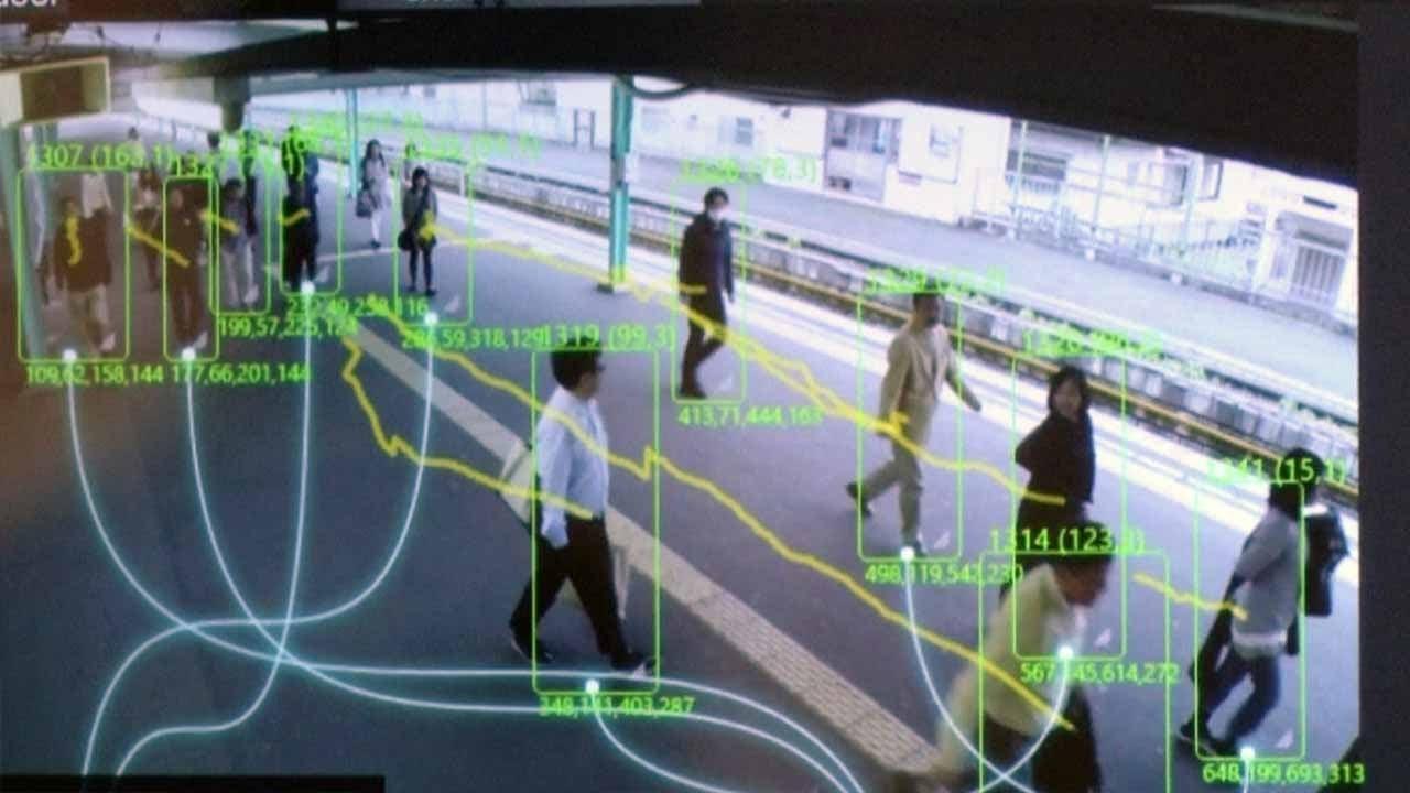 人混みでも個人を追跡できる人工知能を日立が開発。ロックオンされたらもう逃げられない