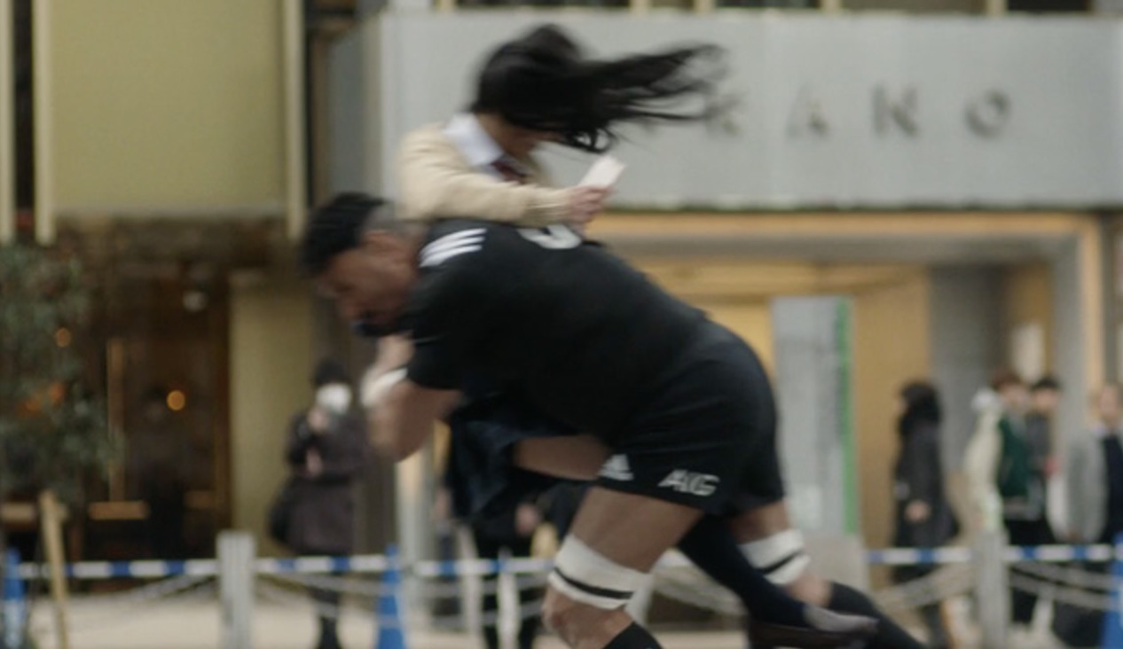 東京の街に突然現れたラガーマン達が女子高生に全力タックル!その目的とは?