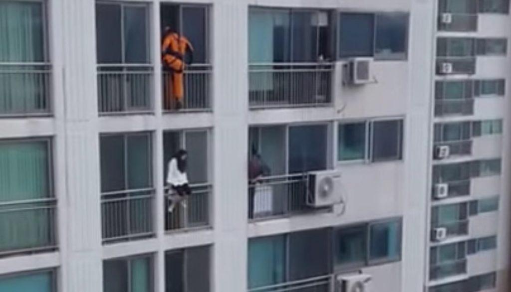 かなり荒技だけど、、飛び降りようとした女子高生を救った消防士