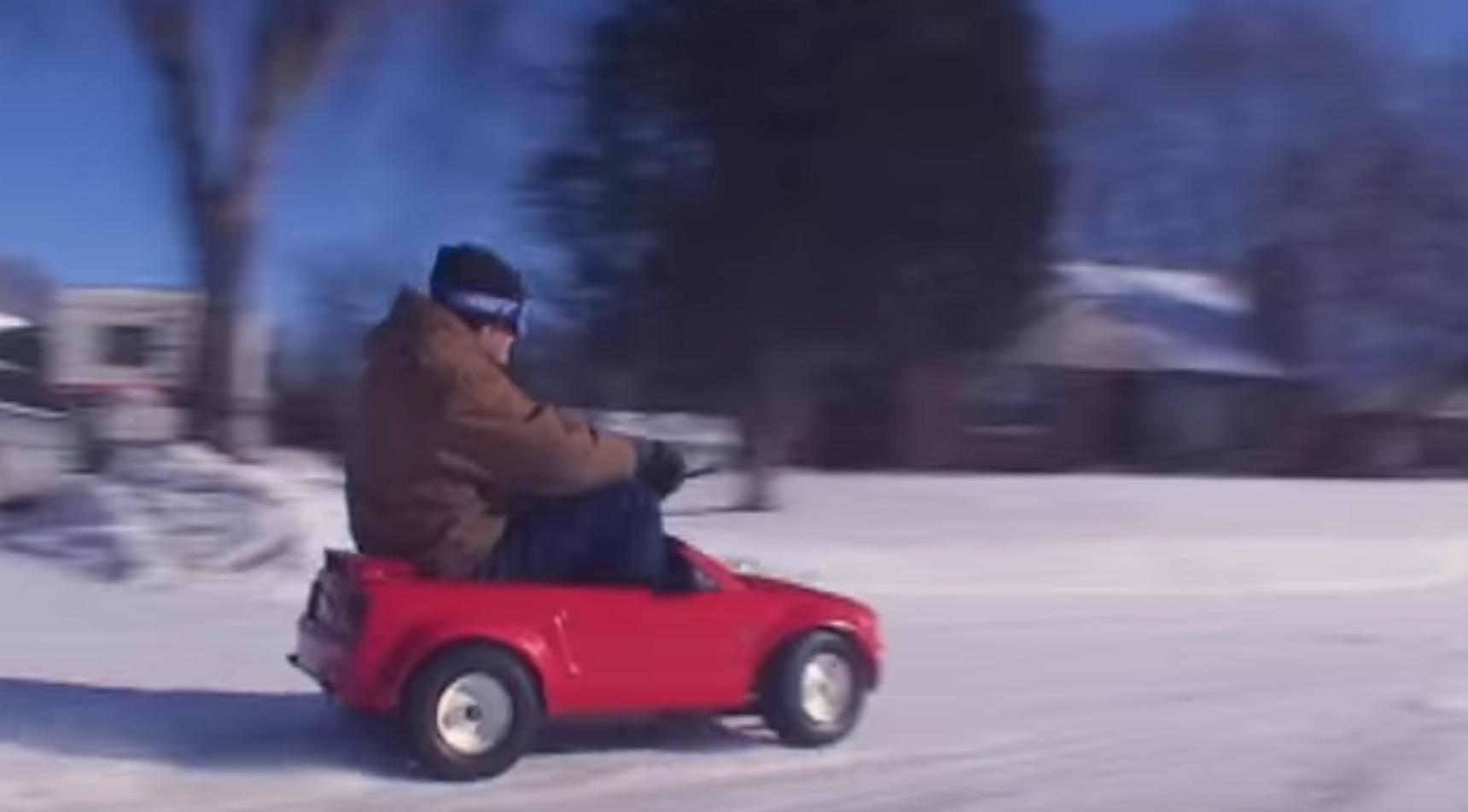 おもちゃの車にエンジン載せて雪上ドリフト!子供心を忘れない心意気がナイス!