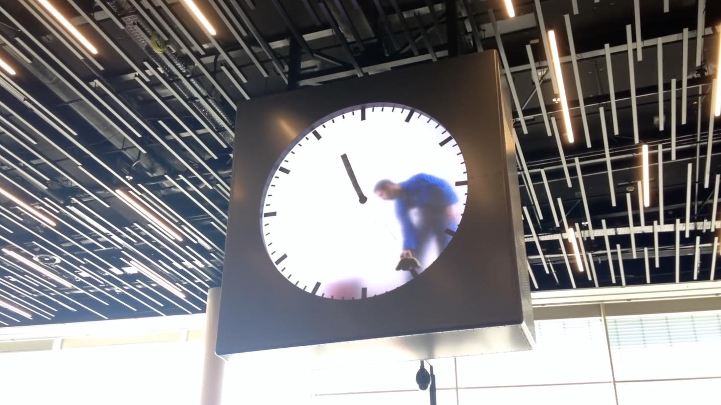 時計の修理をしているのかと思ったら、、オランダの空港の時計が凄い!