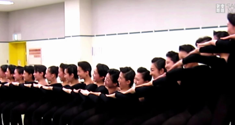宝塚歌劇団の新入団員による稽古映像が公開。一糸乱れぬ圧巻の演技!