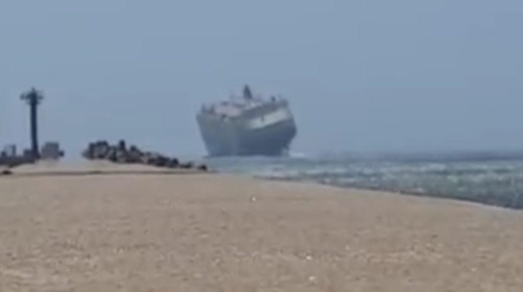 強風で今にも倒れそうな大型船。嵐の中の船内映像あり