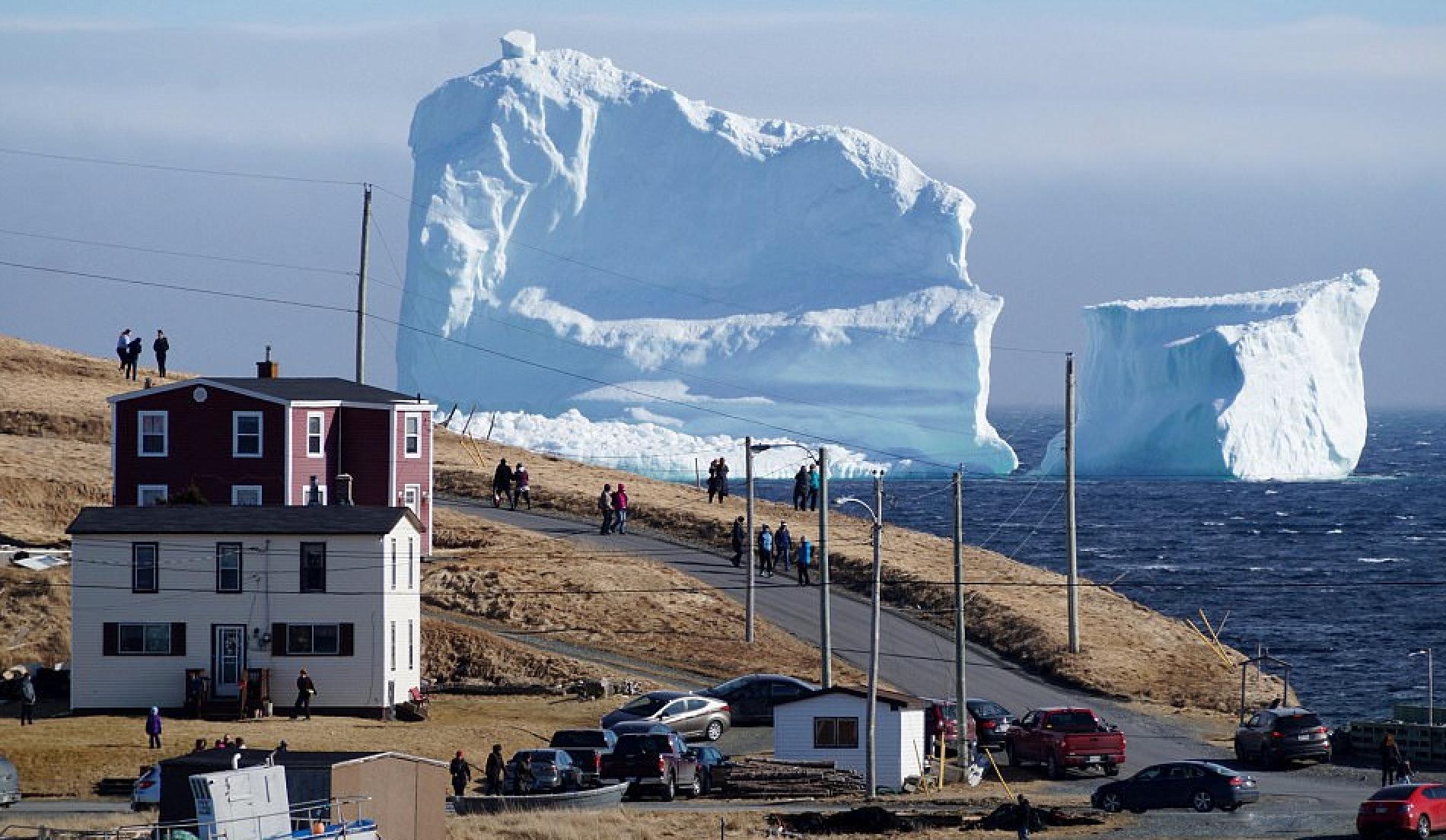 カナダの漁村に巨大な氷山が漂着。あまりの光景に観光客も絶句。。