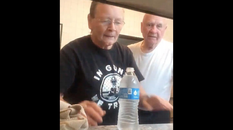 おばあちゃんがおじいちゃんに「顔水」ドッキリを試してみた!おじいちゃんの反応が可愛い笑