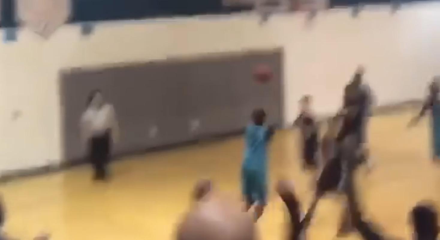 両腕のない少年がバスケで活躍する姿に「勇気づけられた!」と話題に