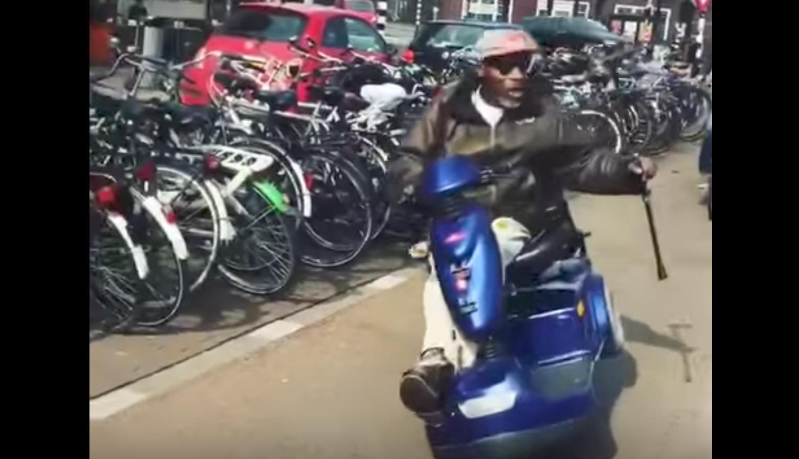 電動カートの乗りこなしが半端ないおじさん、アクロバット走行で若者たちをたしなめる笑