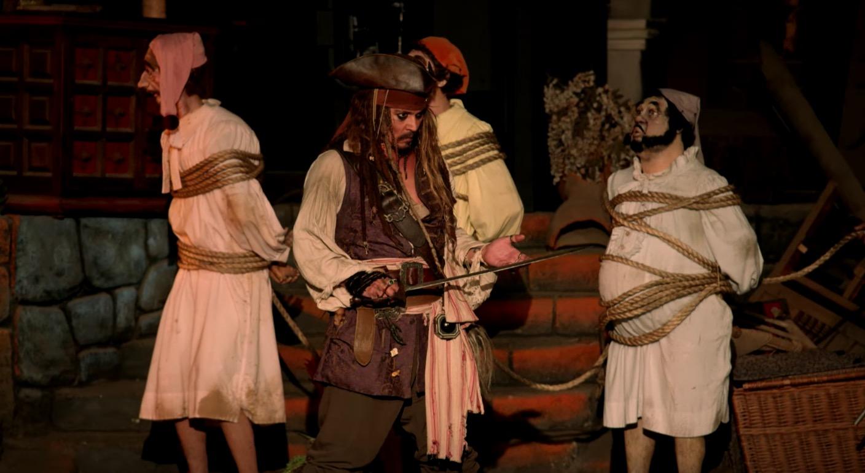 人形と思ったら本物だった!ディズニーランドの「カリブの海賊」にジョニー・デップがサプライズ登場しお客さん大絶叫!