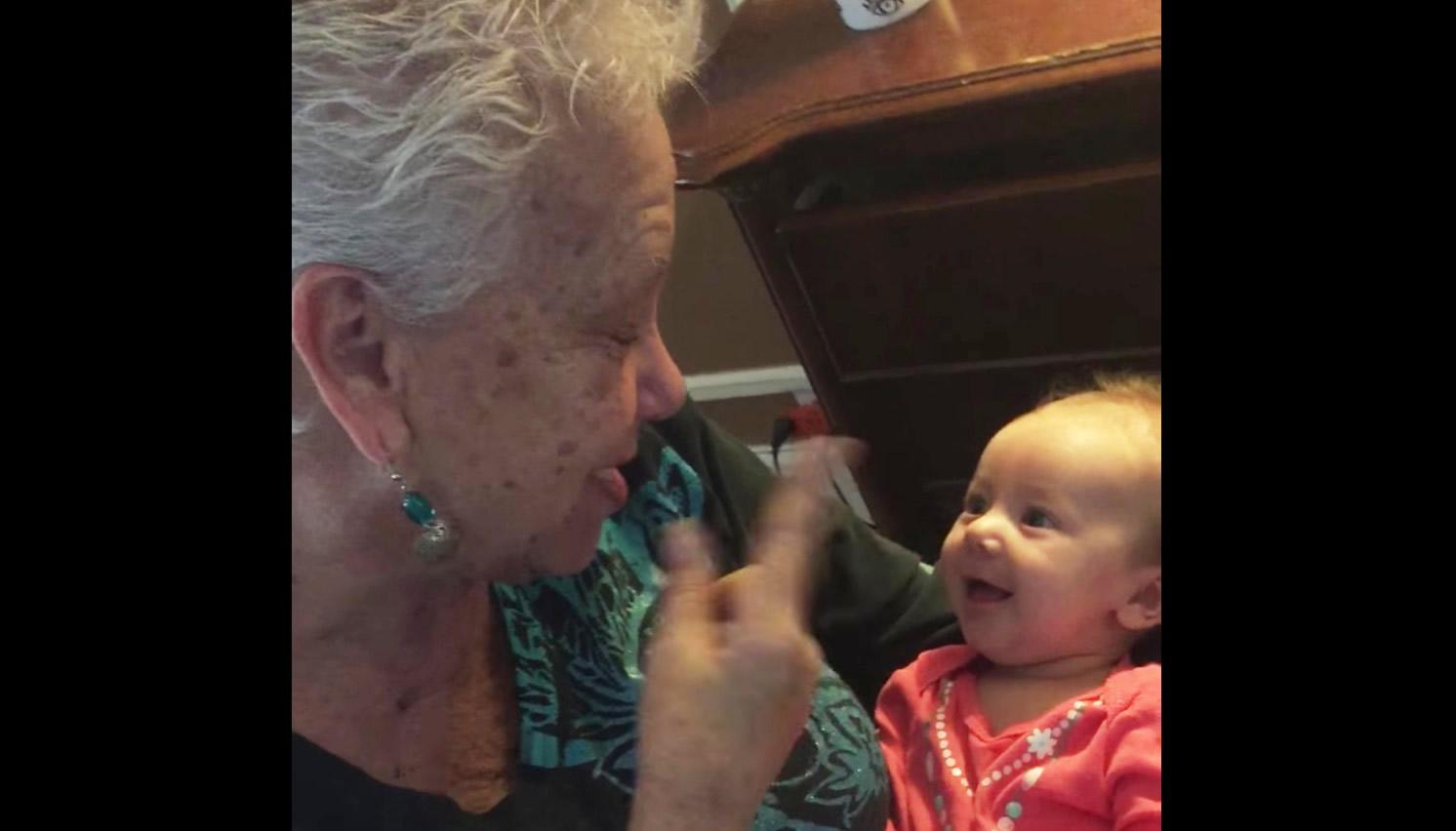耳の聞こえない祖母と、耳の聞こえない孫の静かな会話に心打たれる