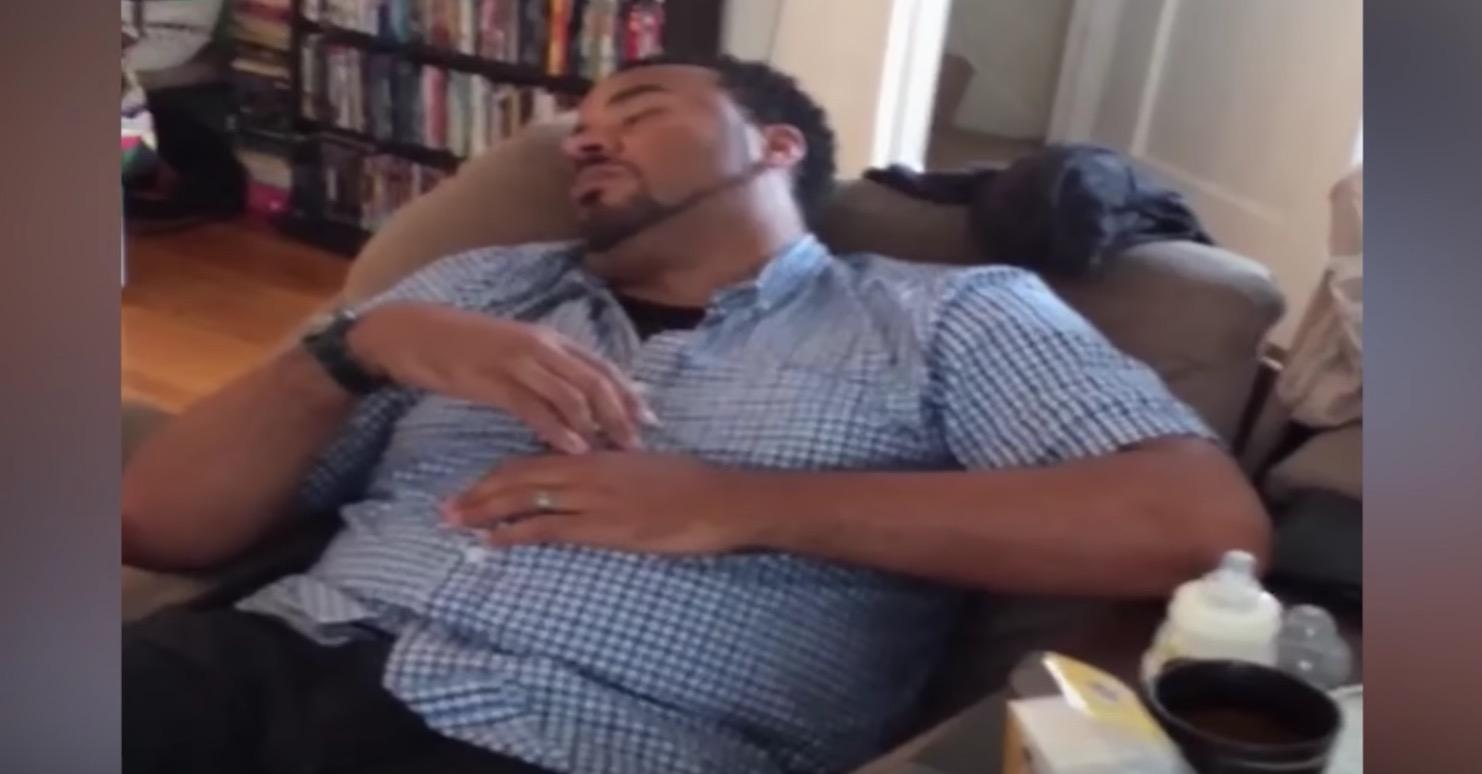 夢の中でも、泣き止まない赤ちゃんを寝かしつける新米パパ