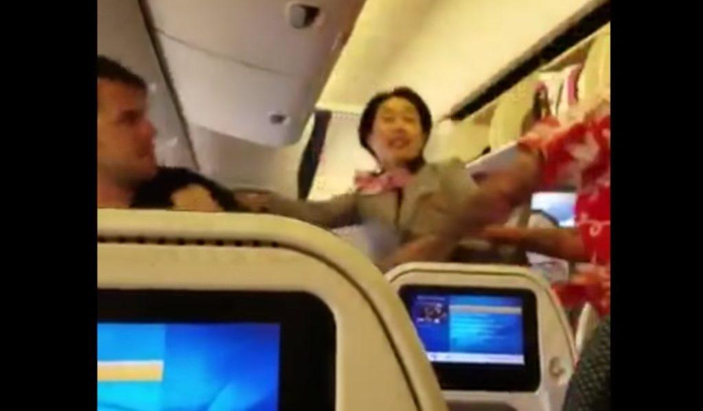 成田発ロサンゼルス行きの全日空機で巨体の男が殴り合い!女性CAの勇敢な行動がすごい。。