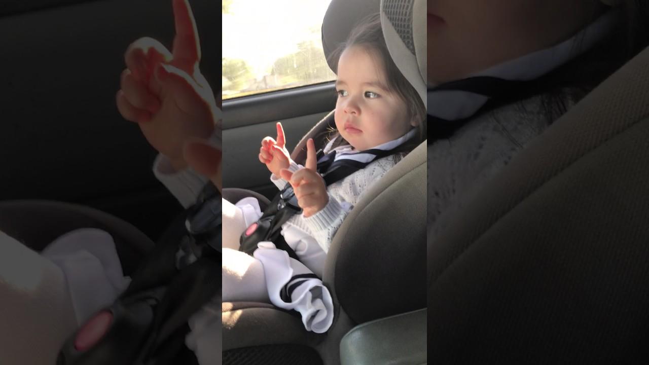 音楽に聴き入る赤ちゃん。サビに入りいきなりテンションMAXに笑