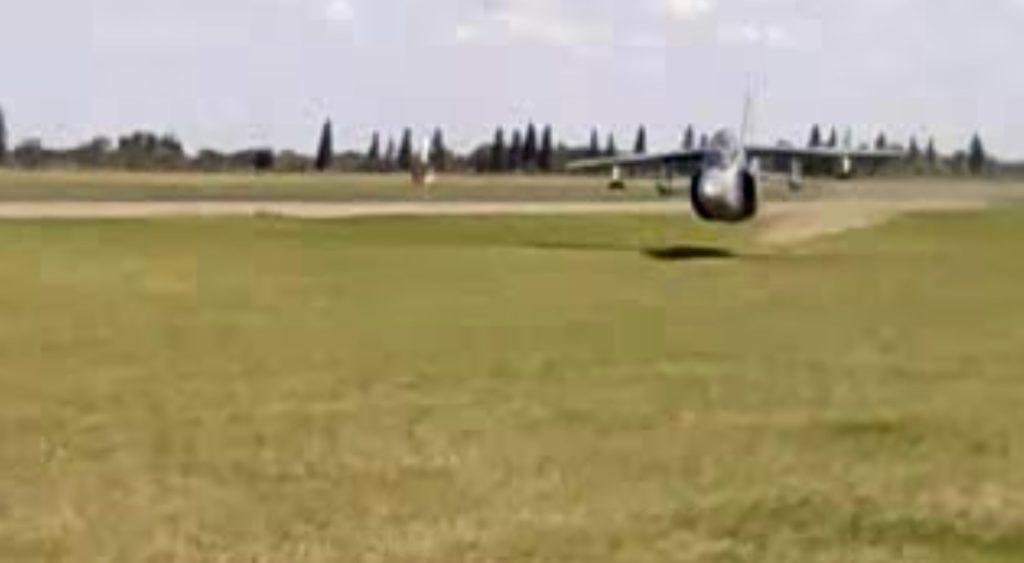 【神技】こんな超低空飛行は見たことない!地上ギリギリを這うように飛ぶ戦闘機