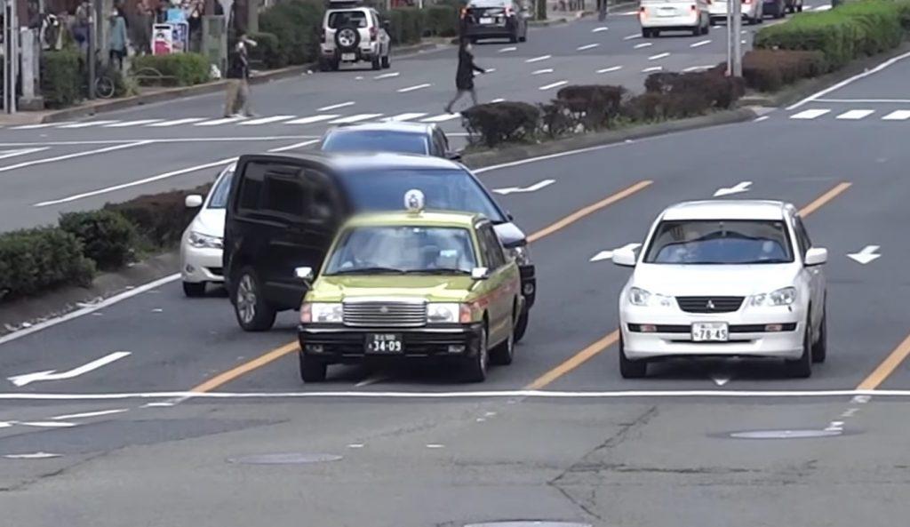 禁止区間で強引に車線変更した車が「自業自得」の結末に。。