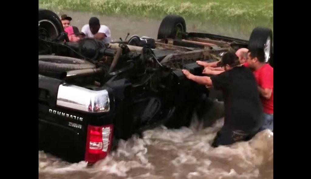 ひっくり返った車の家族を救うため、見知らぬ人々が結束して救助!