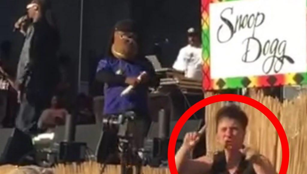 大物ラッパー「スヌープ・ドッグ」の横で歌詞を手話通訳する女性が「素晴らしい仕事ぶりだ!」と話題に
