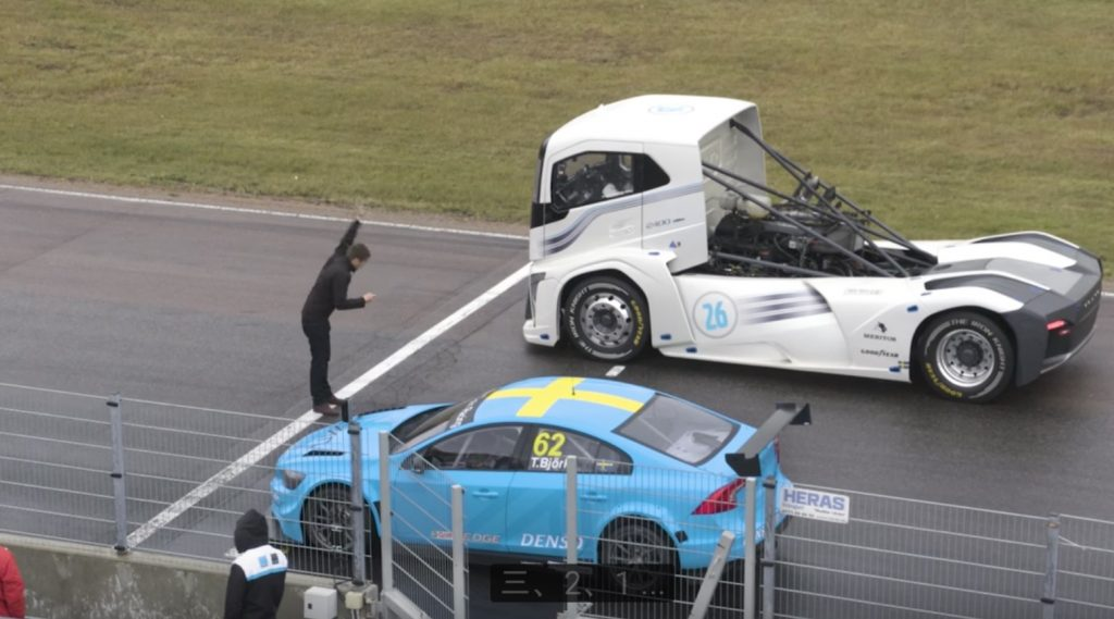 【直線対決】ボルボの世界最速トラック「アイアンナイト」VS ボルボのレースカー「S60ポールスターTC1」!!