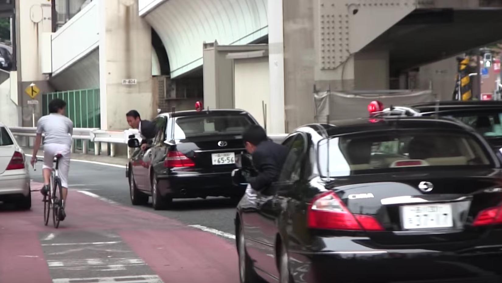 安倍総理の警護SPの危機管理がスゴい。箱乗りで自転車を警戒