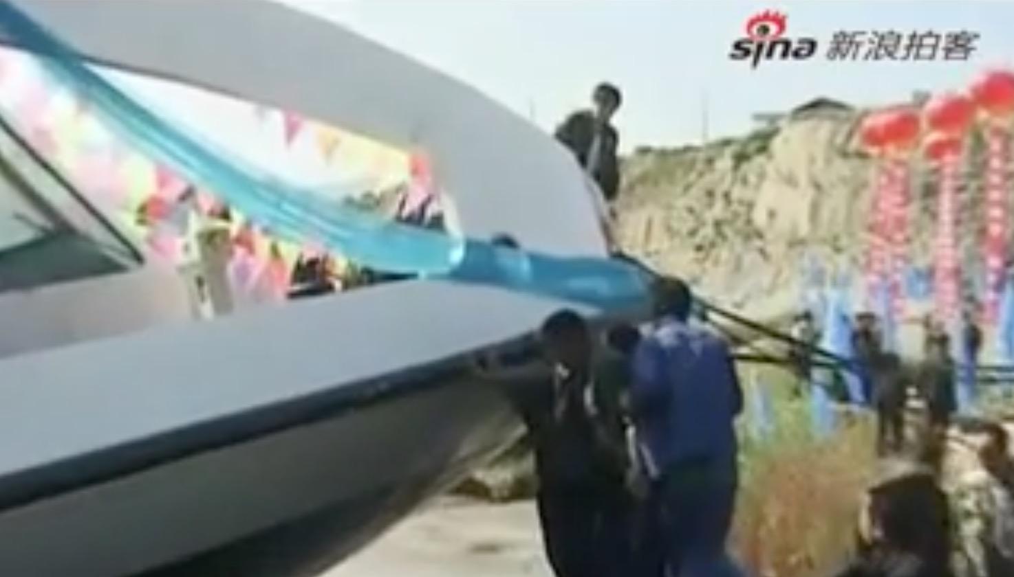 中国の遊覧船の華々しい進水式。いきなり川の藻屑に。。