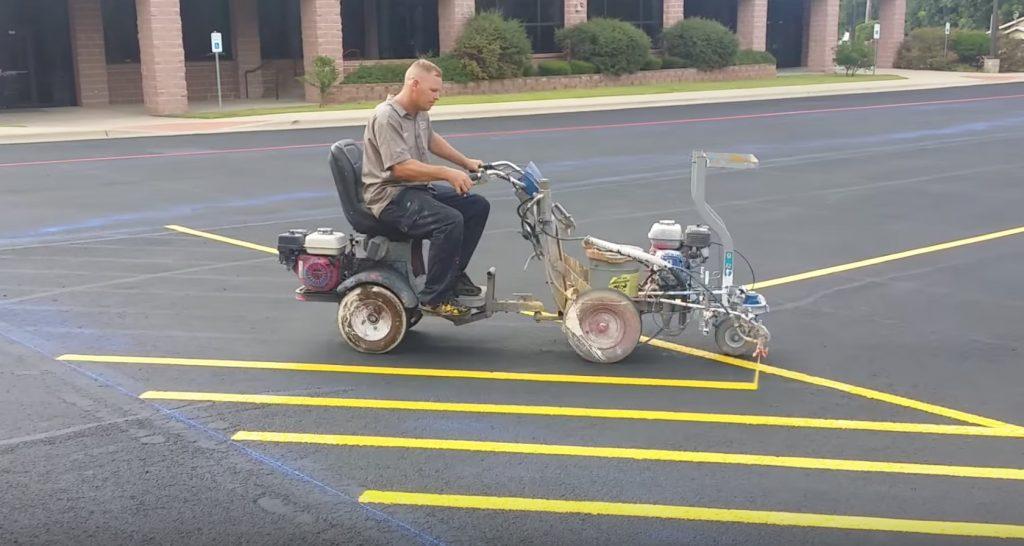 これぞプロの技。道路にまっすぐな線を引く職人の技が素晴らしい