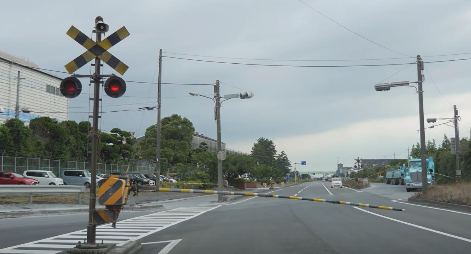 【日本珍風景】線路が無いのに踏切が?!するとスゴいのが通過していった!