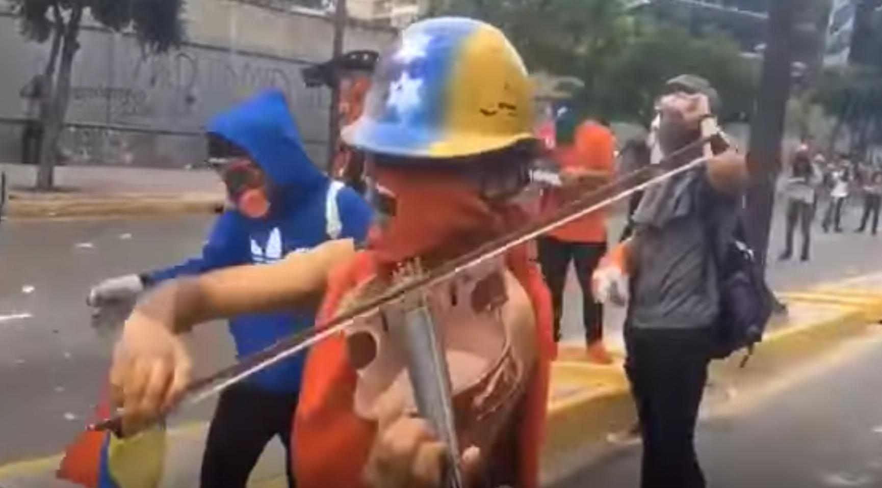 催涙ガスが充満するデモ現場。バイオリンで国歌を弾く若者の演奏に感情が揺さぶられる