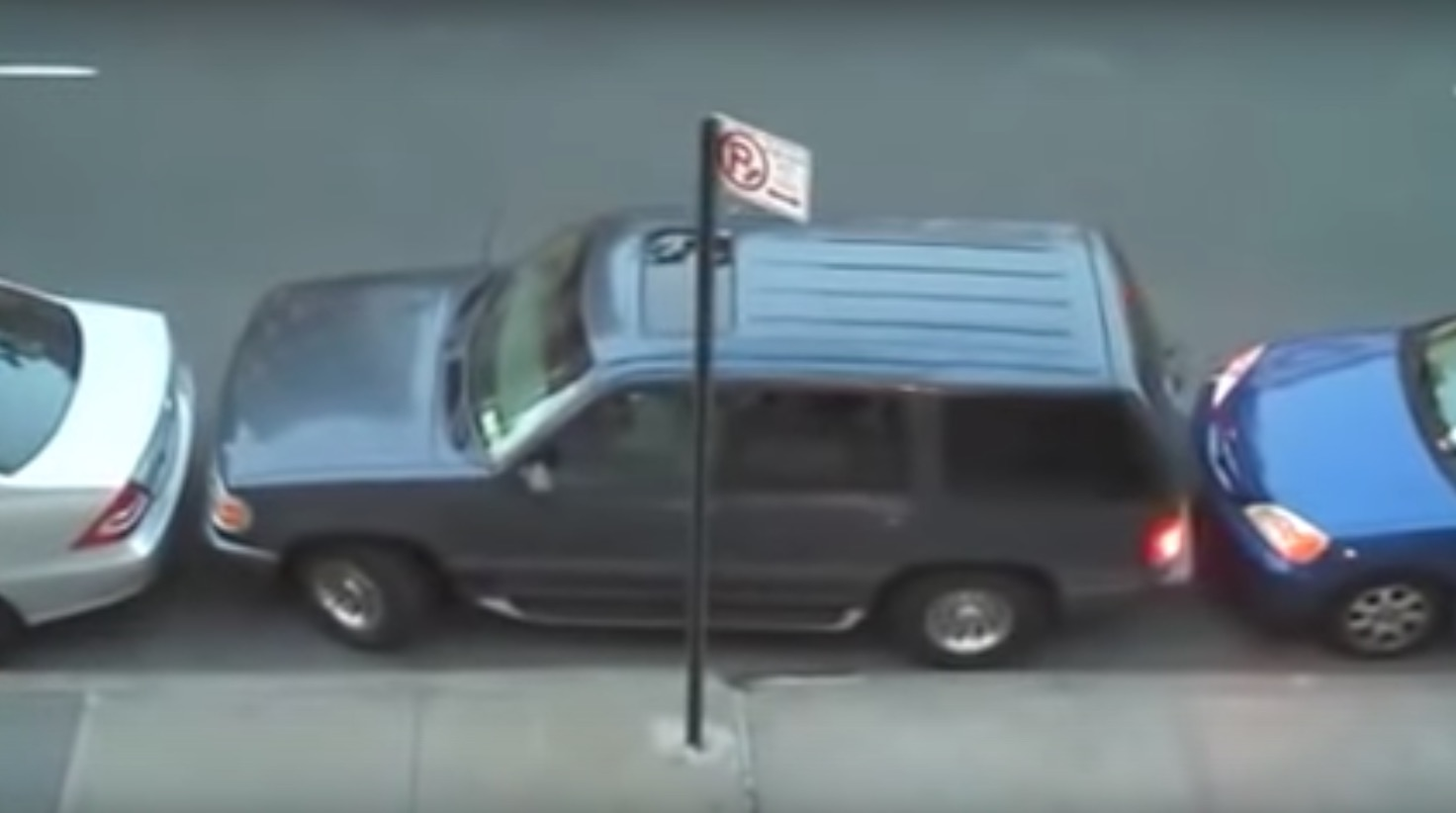 【神業】狭い隙間で前後を挟まれてしまった車が、素晴らしいテクニックで脱出!